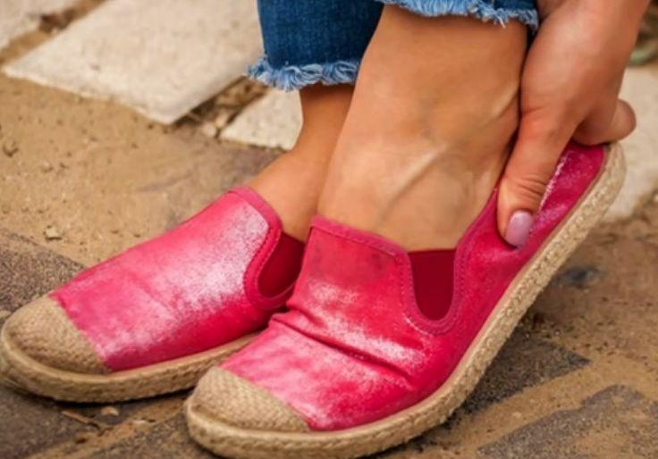 Летняя обувь женская. Красного цвета. С белой подошвой. Носки белого цвета. Подошва резиновая.